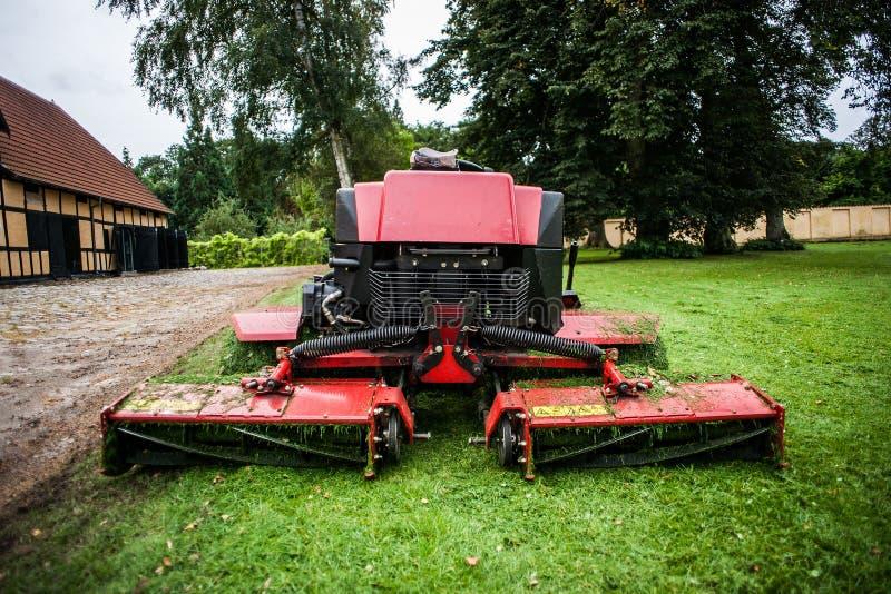 割草机拖拉机和草 免版税库存照片