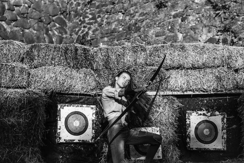 力争上游与弓箭的逗人喜爱的女孩射手 免版税库存照片