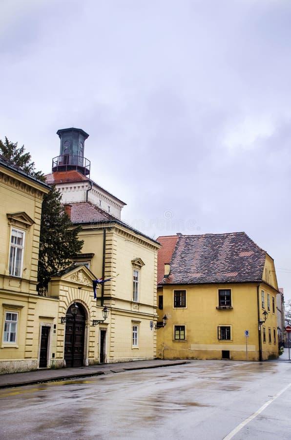 力耶卡,克罗地亚-有古色古香的大厦的典型的大街在克罗地亚 库存照片