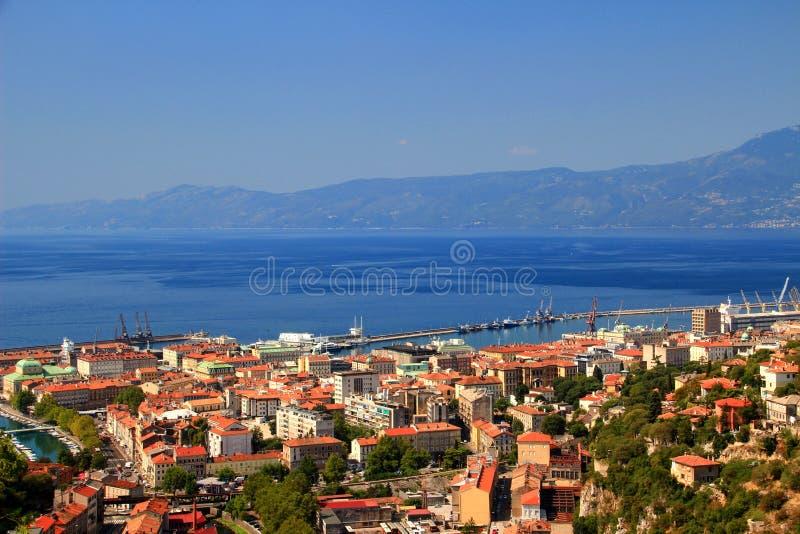 力耶卡,克罗地亚晴朗的都市风景,和蓝色亚得里亚海 图库摄影
