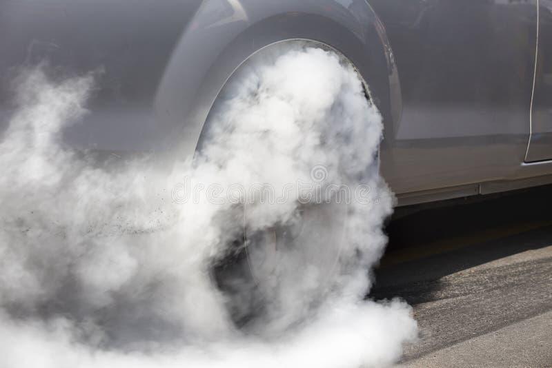 阻力赛车烧橡胶它的轮胎 免版税图库摄影