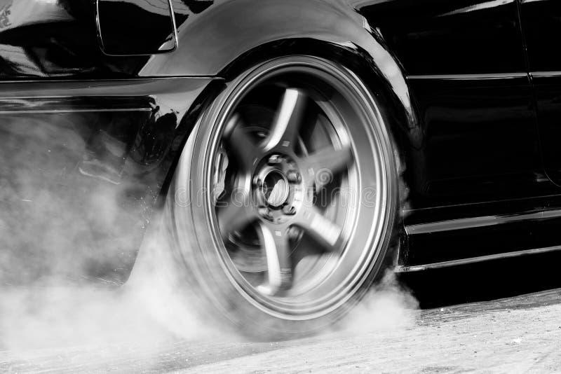 阻力赛车烧橡胶 免版税库存图片