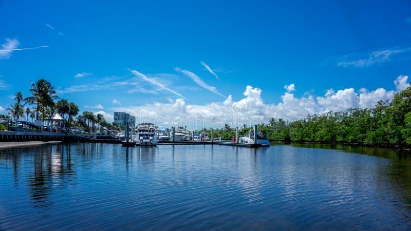 力量小船嫩游艇的看法在小游艇船坞的运河的Dania海滩的,好莱坞,迈阿密 佛罗里达 库存图片