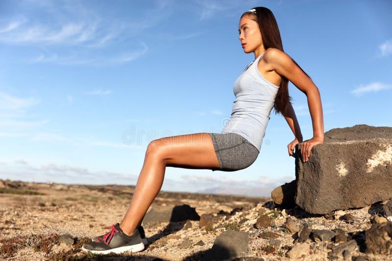 力量训练制定出胳膊的健身妇女 免版税库存照片