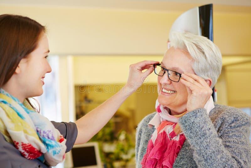 劝告的眼镜师资深妇女 库存图片