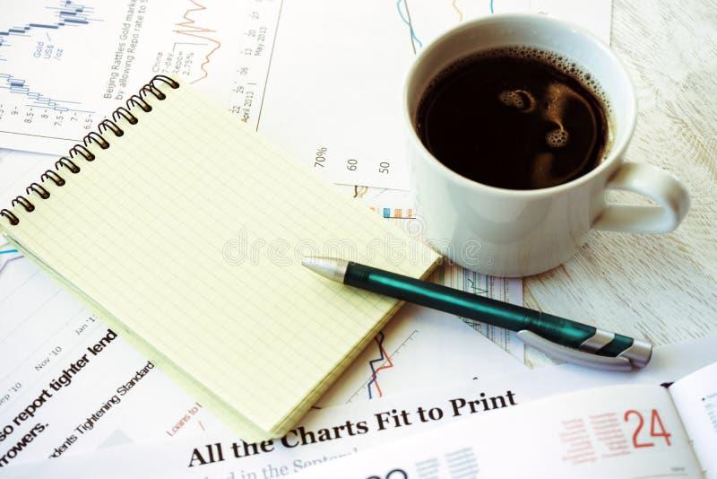 办公室、咖啡和笔记本的工作场所 免版税库存图片