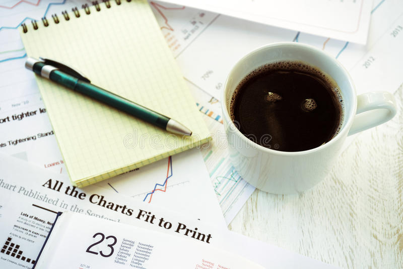 办公室、咖啡和笔记本的工作场所 库存图片