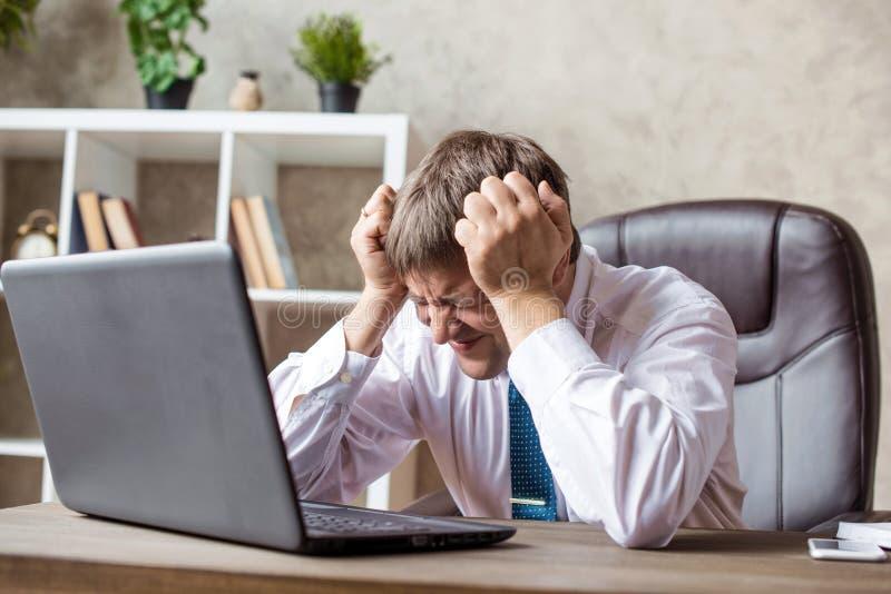 办公室、财务,互联网、企业、成功和重音概念-恼怒的商人不成功的交涉,绝望的情感 免版税图库摄影