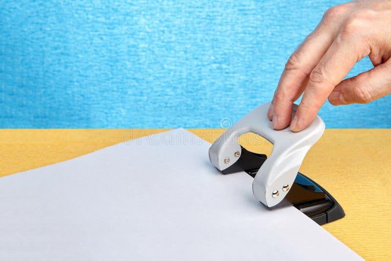 办公室做的孔打孔器在纸 免版税库存照片