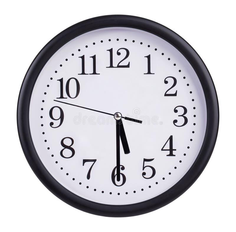 办公室圆的时钟显示一半通过五 免版税库存图片