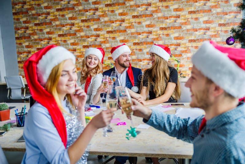 办公室圣诞晚会的企业同事 计数保证金的busines概念 库存图片
