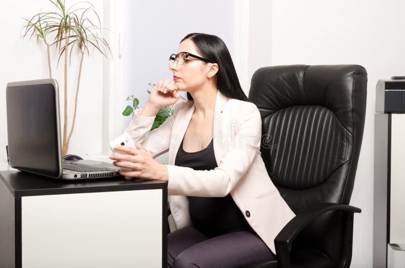 Download 办公室孕妇 库存图片. 图片 包括有 户内, 白种人, 工作, 婴孩, 概念, 预计, 服务台, 正横, 腹部 - 72364977