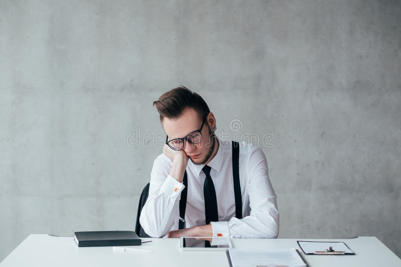 办公室定期额外时间日程表疲乏的雇员 库存照片