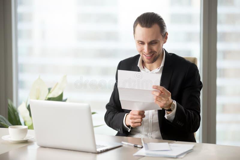 办公室工作者得到增加工资、保险费或者奖金 图库摄影