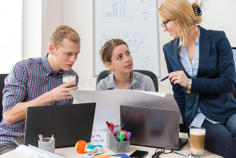 办公室工作者谈话 免版税库存图片