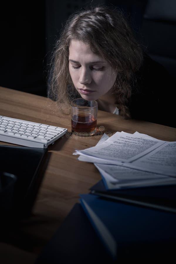 办公室工作者饮用的酒精 免版税库存图片