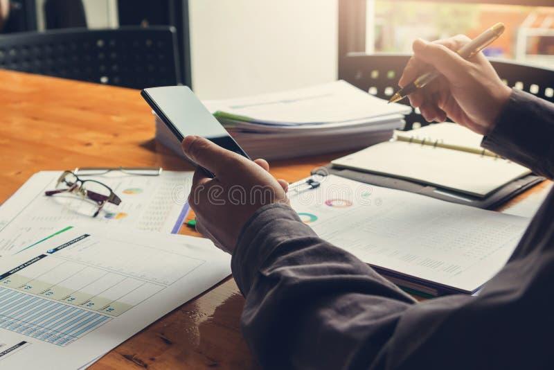 办公室工作,商人的企业和财务概念使用智能手机的和谈论投资经营计划在办公室 库存图片