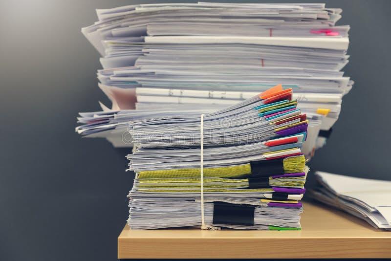 办公室工作,堆的企业和财务概念在办公桌,堆上的未完成的文件工商业票据 库存照片