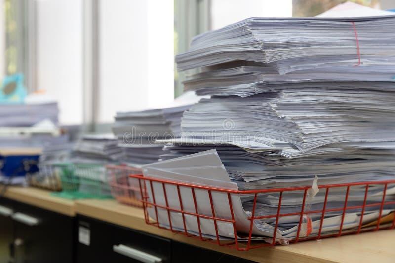 办公室工作,堆的企业和财务概念在办公桌,堆上的未完成的文件工商业票据 免版税库存图片