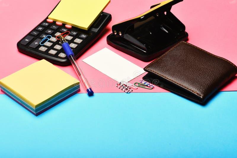 办公室工具:计算器,打孔器,卡片,便条纸,笔,夹子 库存照片