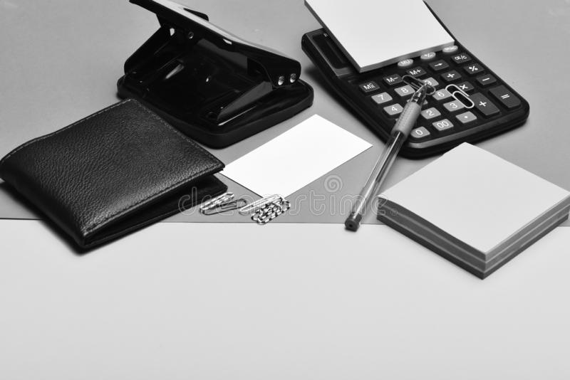 办公室工具:计算器,打孔器,卡片,便条纸,笔,夹子 免版税图库摄影