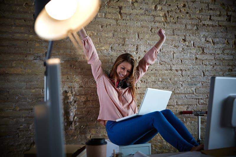 办公室开放胳膊的激动的愉快的妇女 免版税库存图片