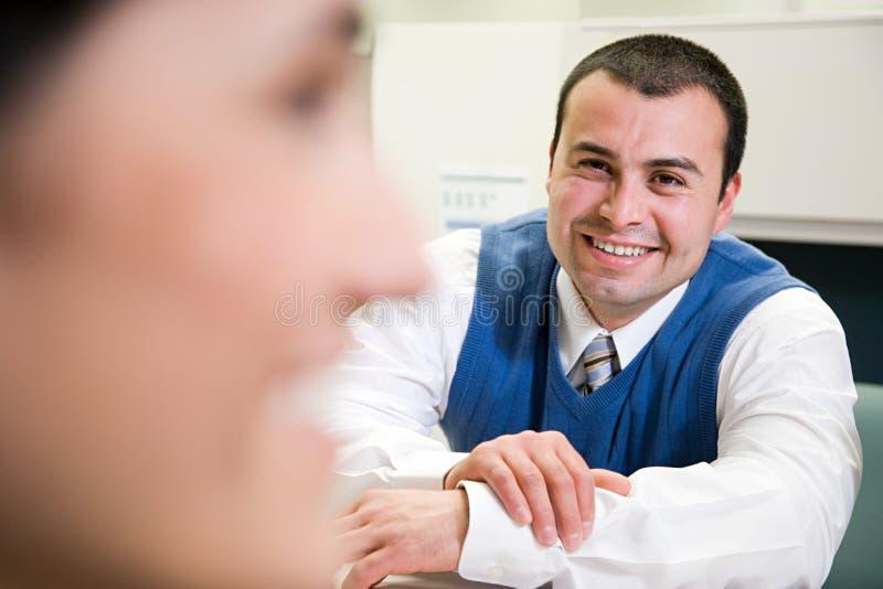 办公室微笑的工作者 免版税图库摄影