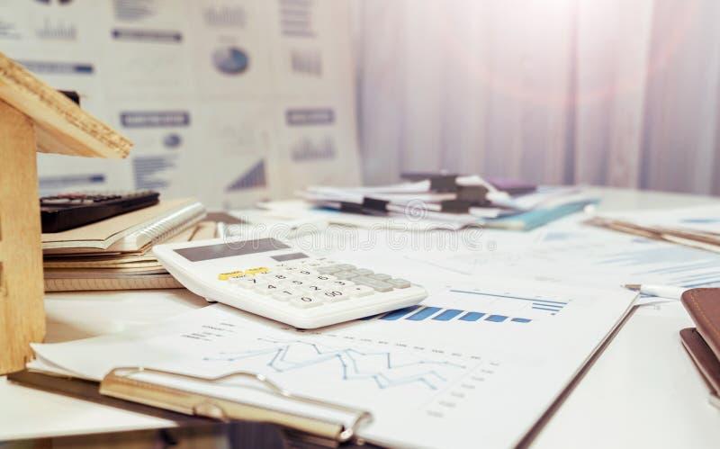 办公室文书工作在工作表书桌的房地产概念 免版税图库摄影