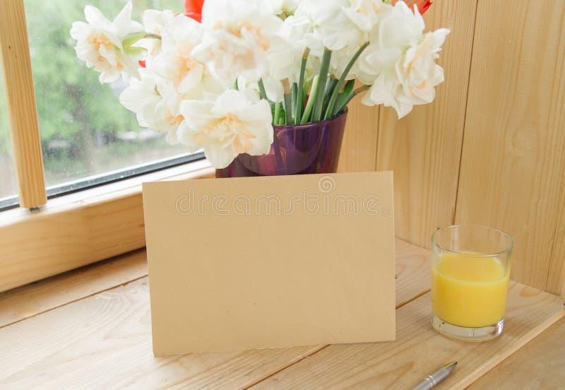 办公室文具,信封,在花瓶的花,在窗台的黄水仙顶视图  题字的地方 我的计划 免版税库存图片