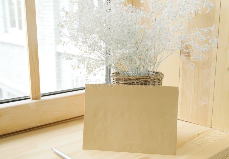 办公室文具,信封,在花瓶的花,在窗台的黄水仙顶视图  题字的地方 我的计划 库存图片