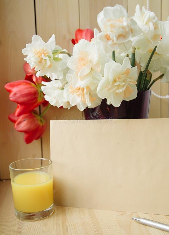 办公室文具,信封,在花瓶的花,在窗台的黄水仙顶视图  题字的地方 我的计划 免版税库存照片