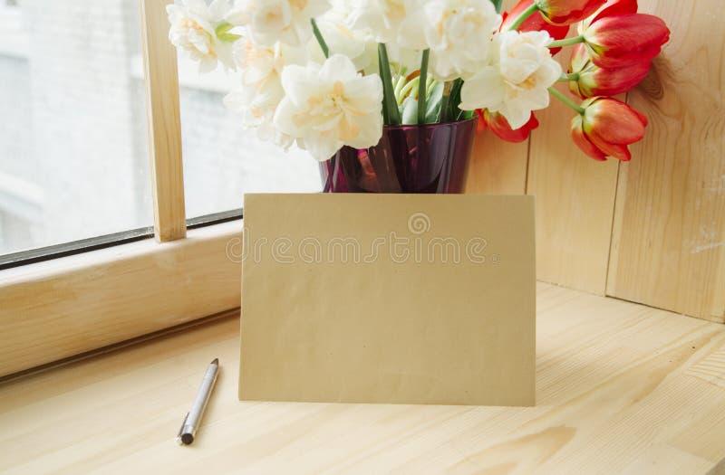办公室文具,信封,在花瓶的花,在窗台的黄水仙顶视图  题字的地方 我的计划 免版税图库摄影
