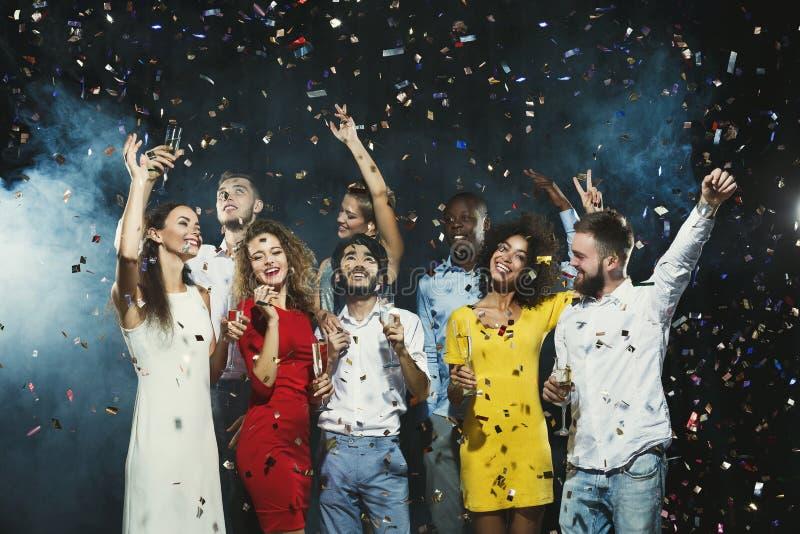 办公室新年党 有的乐趣人年轻人 免版税库存图片