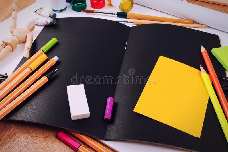 办公室有套的桌书桌为创造性的书刊上的图片的工具 免版税库存图片