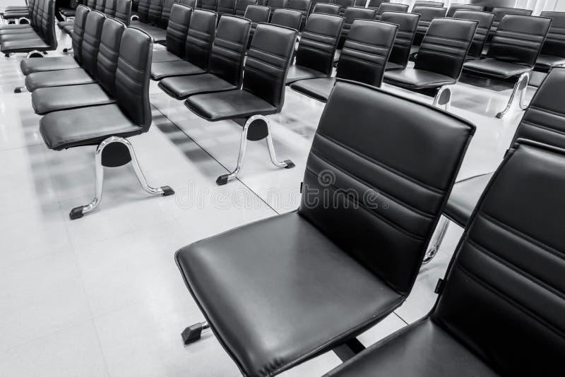 办公室椅子长凳在等候室 库存照片