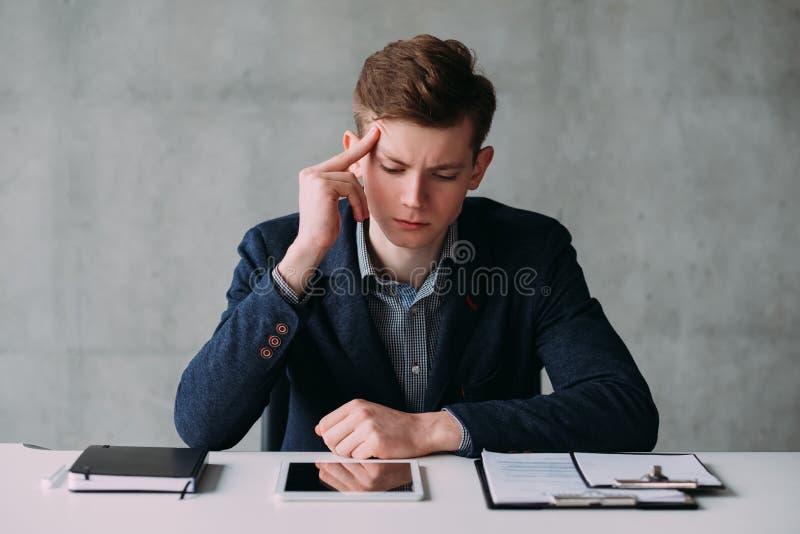 办公室生活方式体贴的年轻商人 免版税库存照片