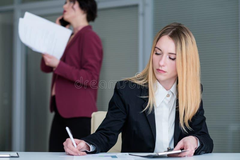 办公室生活方式女商人工作区经理 免版税图库摄影