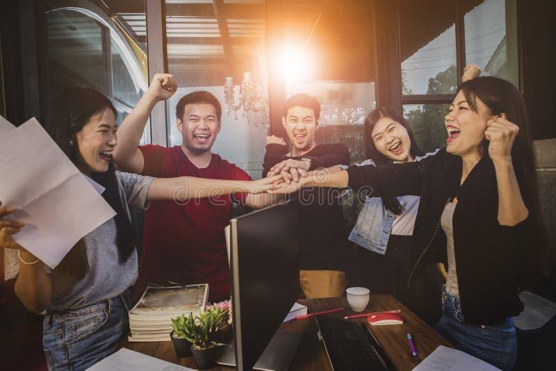 办公室生活,自由职业者队工作的幸福情感成功在工作项目 库存图片