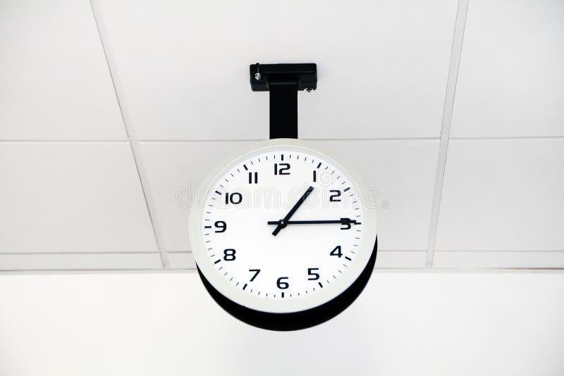 办公室白色时钟 库存图片