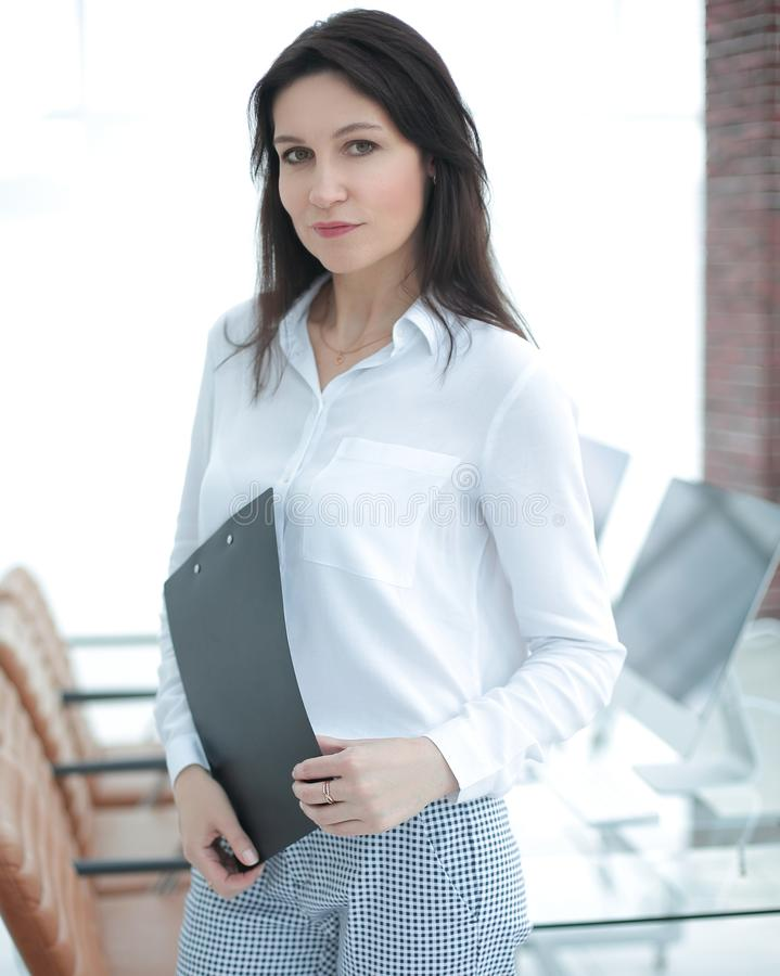 办公室的背景的成功的女商人 库存照片