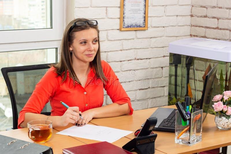 办公室的雇员是友好的与客户沟通 免版税库存照片