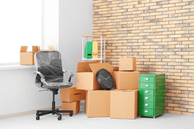 办公室移动概念 纸盒箱子和家具 免版税库存图片