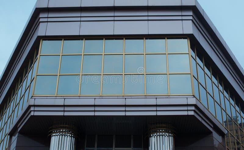办公室窗口在现代大厦建筑学背景中 库存图片