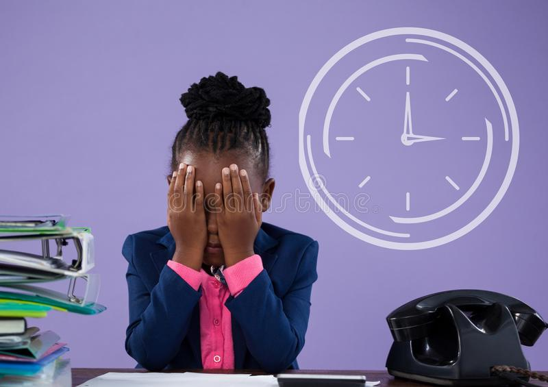 办公室认为反对与时钟象的紫色背景的孩子女孩 向量例证