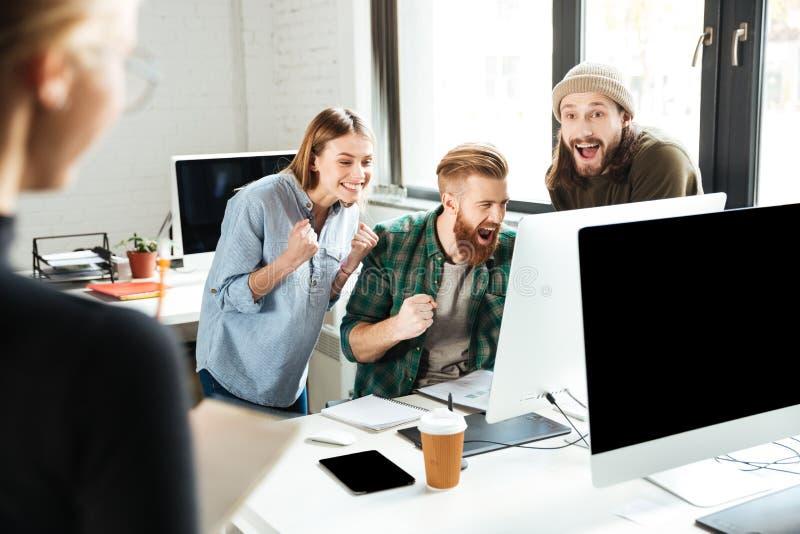 办公室谈话的微笑的同事 图库摄影