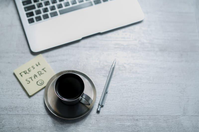 办公室运转的书桌、顶视图与膝上型计算机,笔记薄和咖啡与备忘录笔记或稠粘的贴纸 库存图片