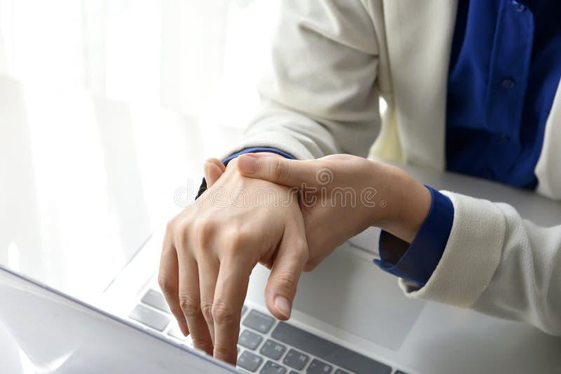 办公室综合症状由职业病的手痛苦 免版税库存图片