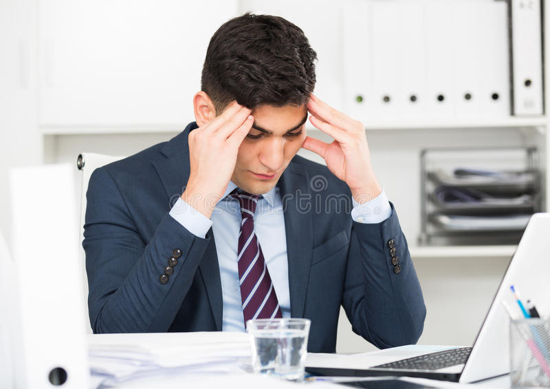 年轻办公室经理有复杂的问题在项目 图库摄影