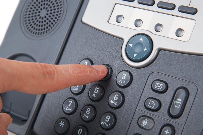 办公室黑电话用手 免版税库存照片