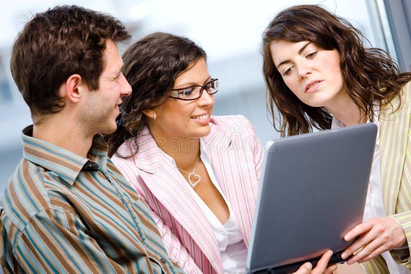 办公室teamworking的工作者 免版税库存照片